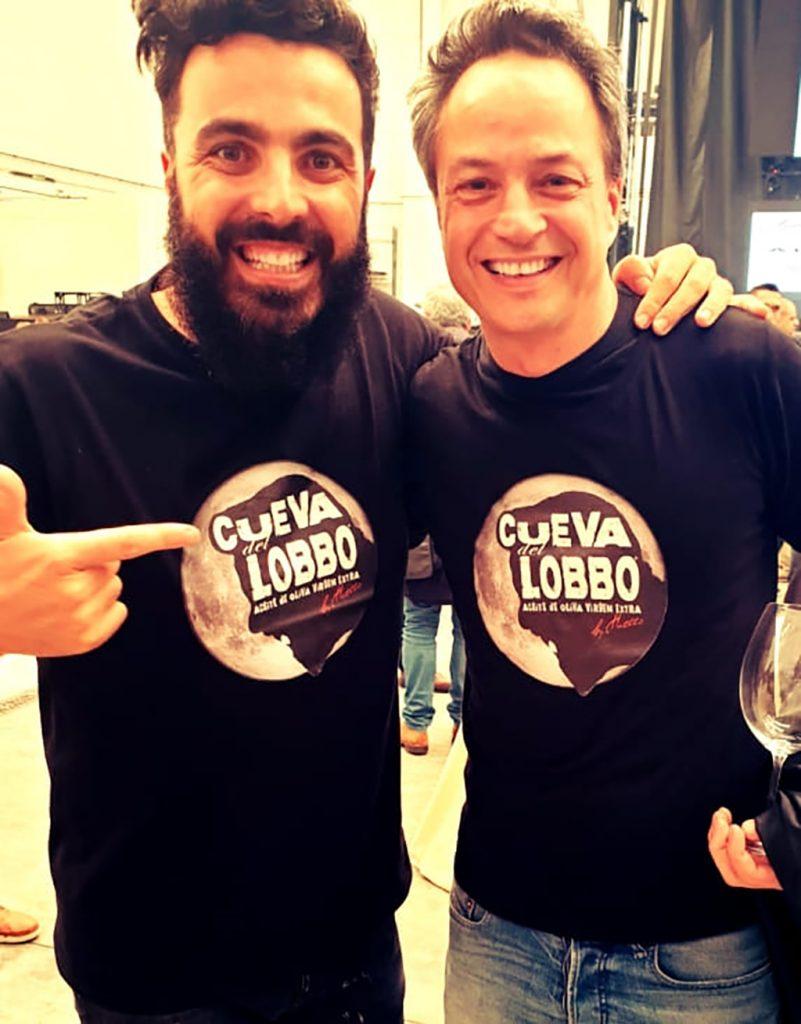 Huecco-y-Torres-con-camiseta-Cueva-del-Lobbo-scaled